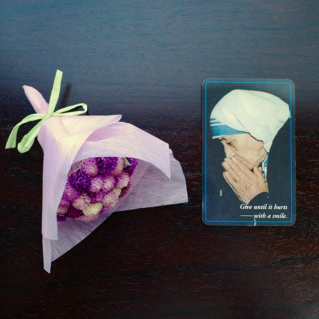 """マザー・テレサのカード。名刺サイズ。""""Give until it hurts ──with a smile""""と書かれている。"""