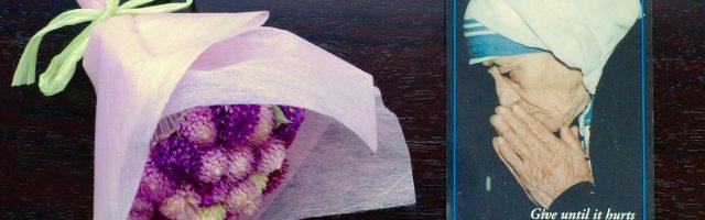 マザー・テレサのカードと花