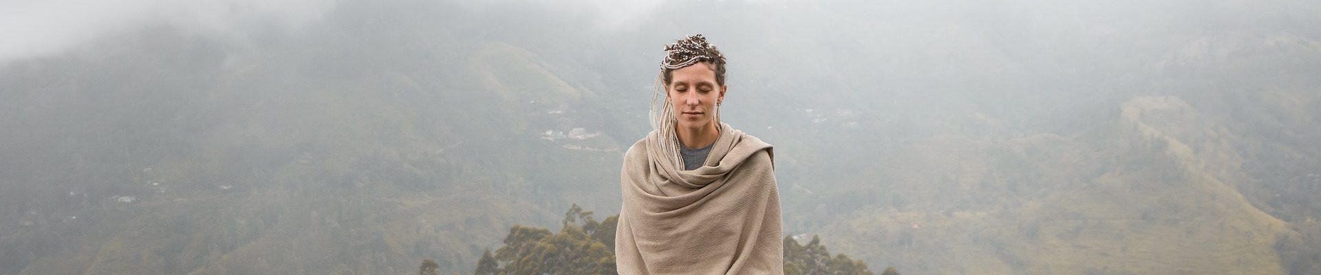 山の上で瞑想するひと