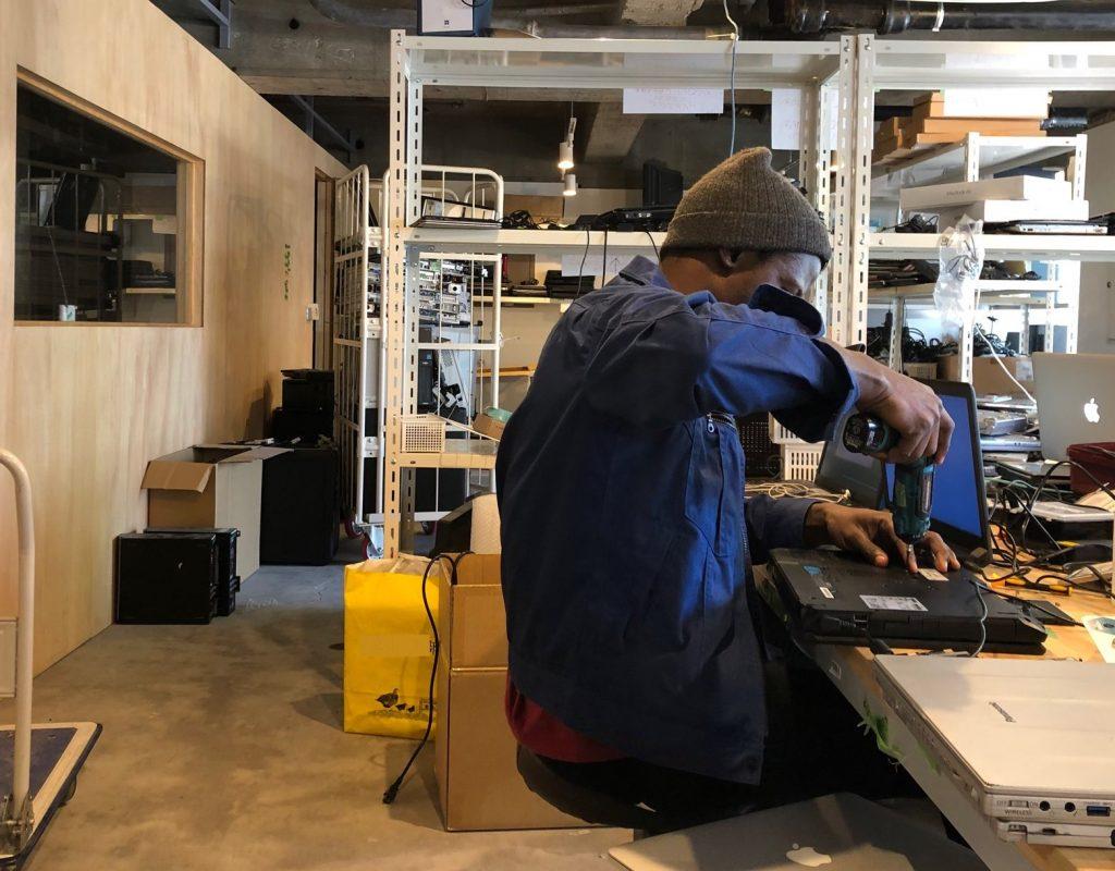 ZERO PCの工場で作業する「難民」の社員