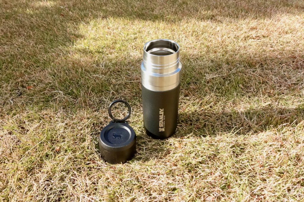 スタンレーの黒いマイボトル、水筒。フタをとったところ。