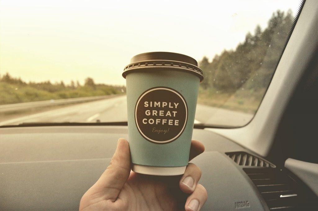 車のなかにあるコーヒー