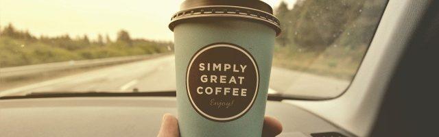 車のなかのコーヒカップ