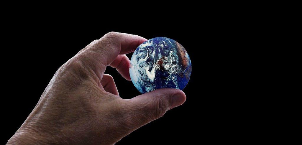 地球を手で持っている