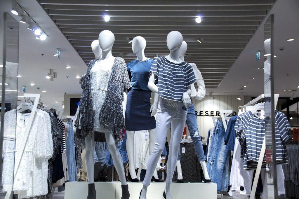 ファッションのお店。服がいっぱいある。