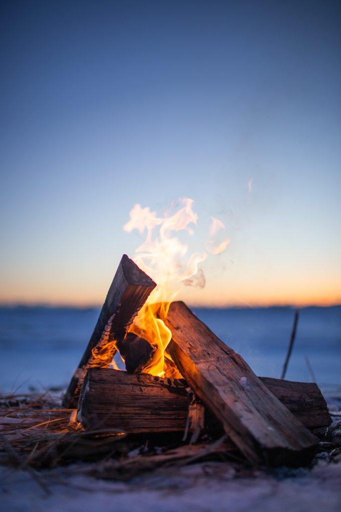 焚き火。砂浜。