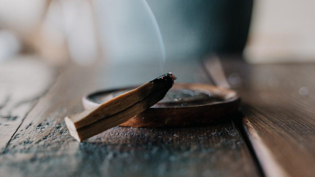 お皿の上で香木を焚いている