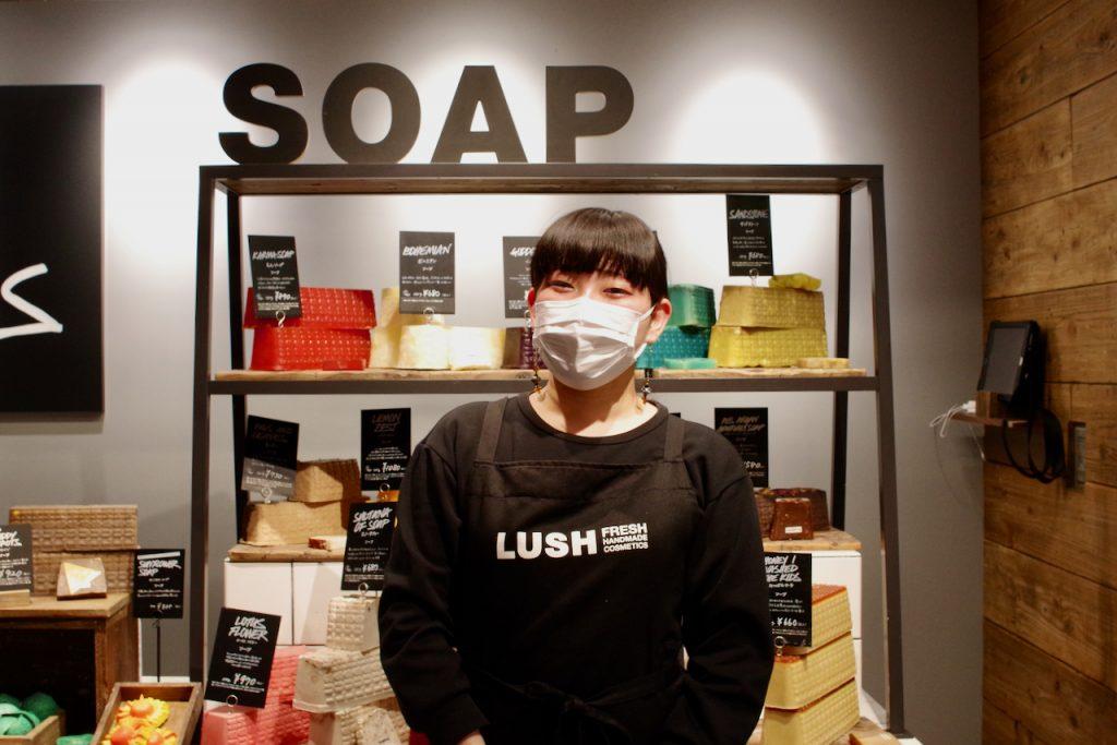 LUSH店内にて。柿川さん