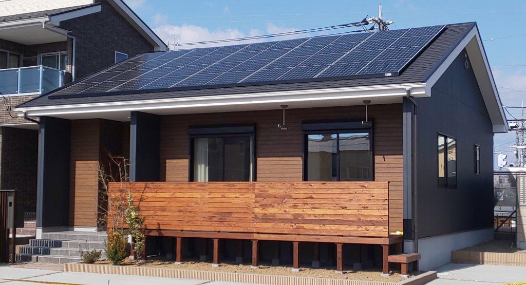 太陽光パネルを屋根に備えつけているIKIの家