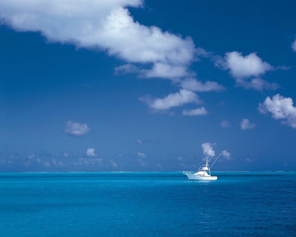夏の青空の下に船が浮かぶ