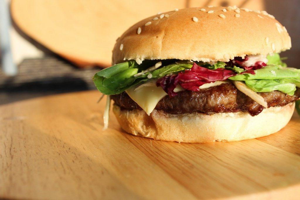 フレッシュなバーガー。肉のパティガジューシー。レタスとチーズがはさんである。