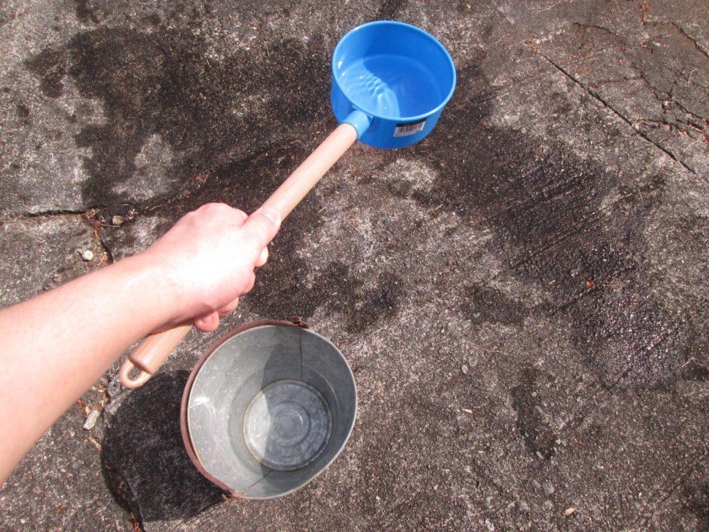 柄杓で打ち水をしている 出典:photoAC