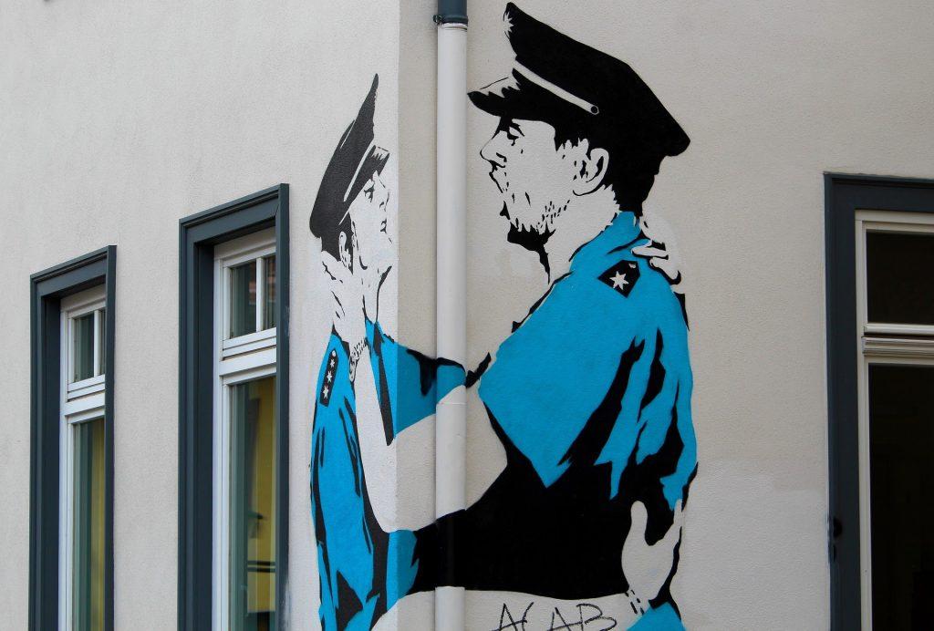 ストリートアート 警察官の男性が抱き合うイラスト