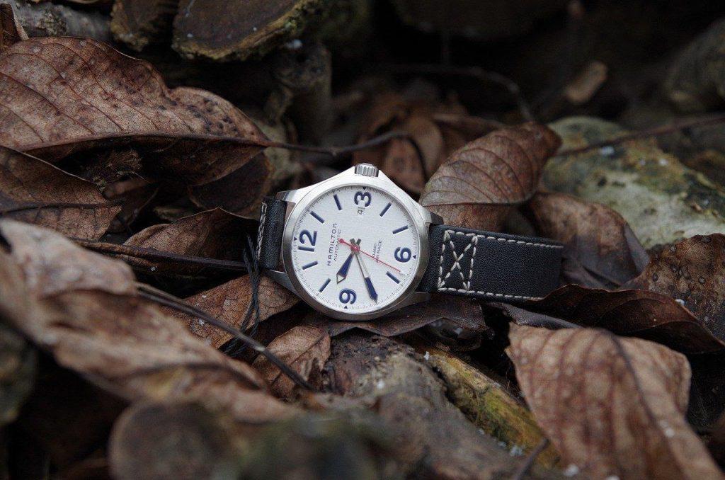 枯葉に置かれた腕時計