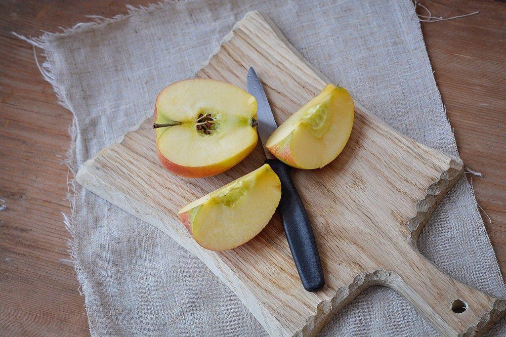 りんごのくし切り。ナイフ、まないた