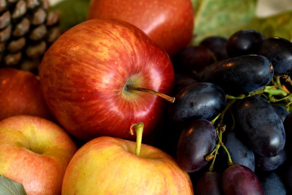季節の果物。秋冬。りんご、ぶどう