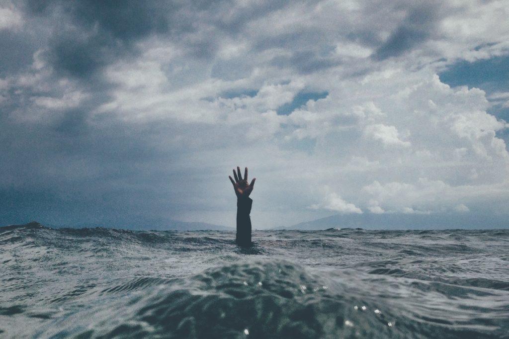 海のSOS  水の中 手 空