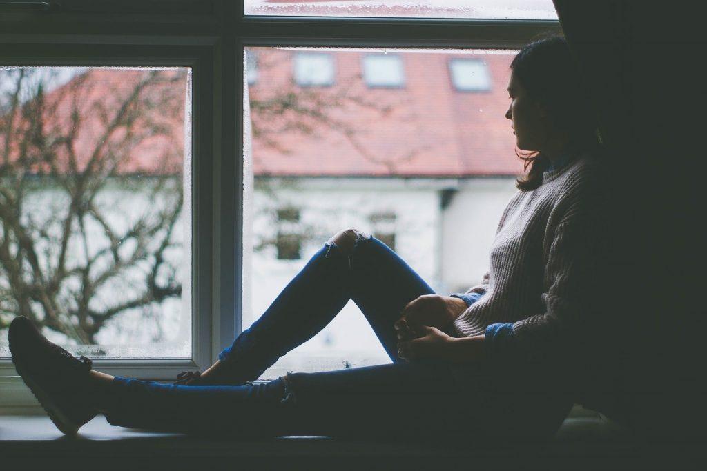 座って 女の子 女性 窓 待っている